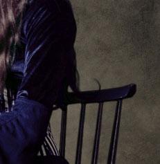 Девушка с черными волосами со спины